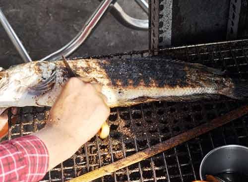Người Sài Gòn đổ xô đi mua cá lóc nướng cúng Thần Tài - 12
