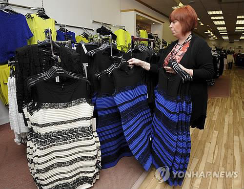 """""""Chiếc váy gây tranh cãi"""" bỗng đắt hàng như tôm tươi - 2"""