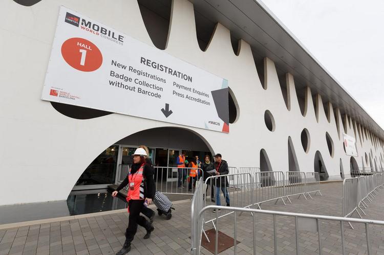 Các công nhân và các thành viên tổ chức hội nghị đang hối hả thực hiện nhiệm vụ.
