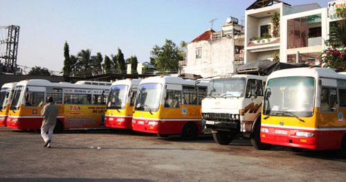 Hàng chục xe buýt công... phơi mưa nắng - 1