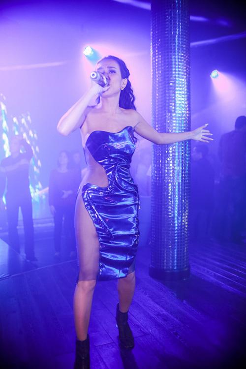 Thời trang diễn quán bar gợi cảm của ca sĩ Việt - 8