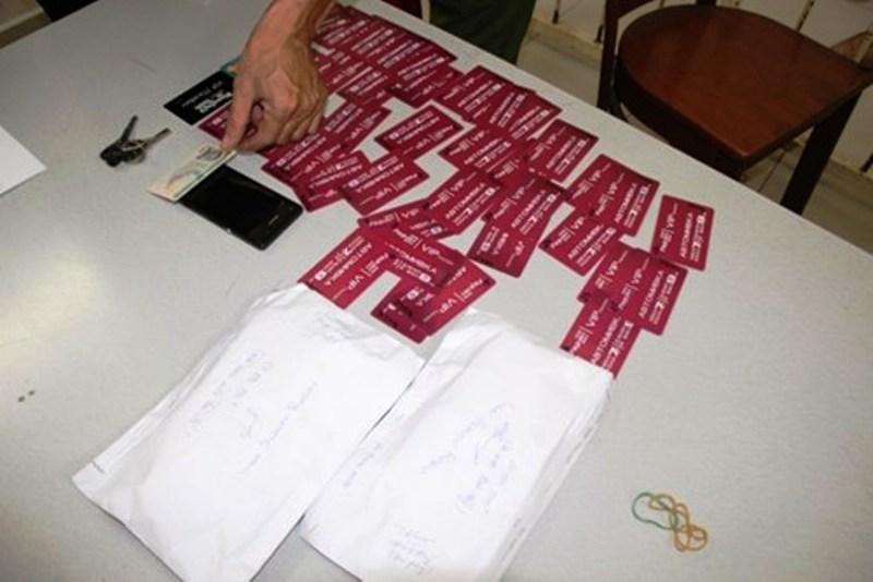 Bắt giữ một người Pháp dùng thẻ ATM giả rút tiền - 1