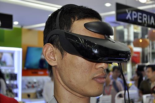Dùng thử kính thực tế ảo Sony HMZ-T3 đang trưng bày tại TP.HCM - 1