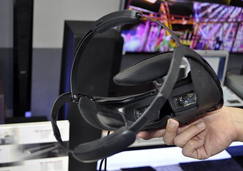 Dùng thử kính thực tế ảo Sony HMZ-T3 đang trưng bày tại TP.HCM - 3