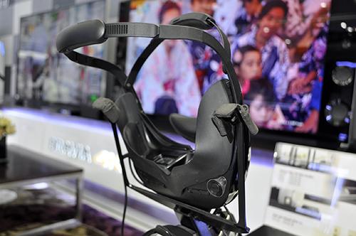 Dùng thử kính thực tế ảo Sony HMZ-T3 đang trưng bày tại TP.HCM - 2