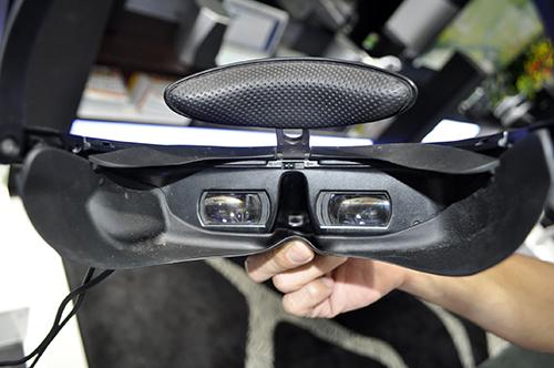 Dùng thử kính thực tế ảo Sony HMZ-T3 đang trưng bày tại TP.HCM - 4