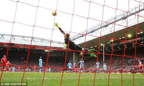 Joe Hart 2 lần làm nền cho siêu phẩm của Liverpool - 1