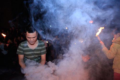 HN: Hàng trăm người lao vào xin lửa mang về nhà - 10