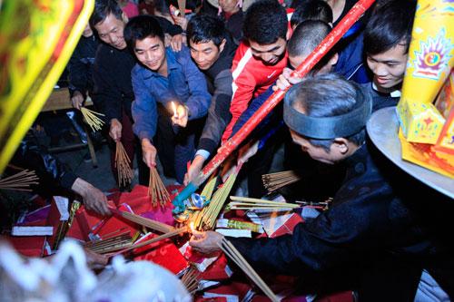 HN: Hàng trăm người lao vào xin lửa mang về nhà - 5
