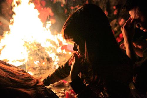 HN: Hàng trăm người lao vào xin lửa mang về nhà - 12