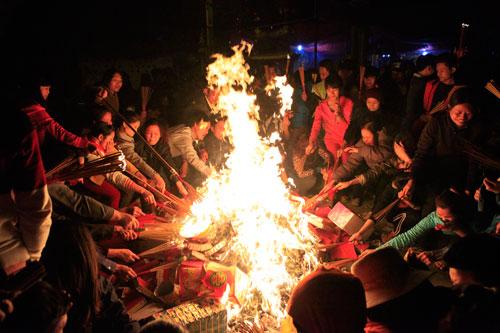 HN: Hàng trăm người lao vào xin lửa mang về nhà - 11