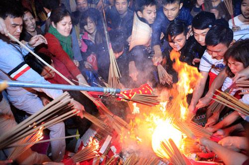 HN: Hàng trăm người lao vào xin lửa mang về nhà - 6