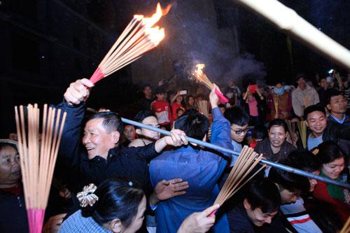 HN: Hàng trăm người lao vào xin lửa mang về nhà - 7