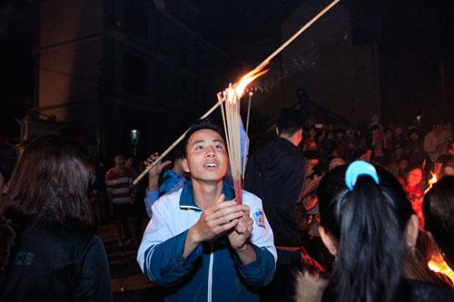 HN: Hàng trăm người lao vào xin lửa mang về nhà - 9