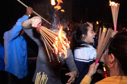 HN: Hàng trăm người lao vào xin lửa mang về nhà - 8