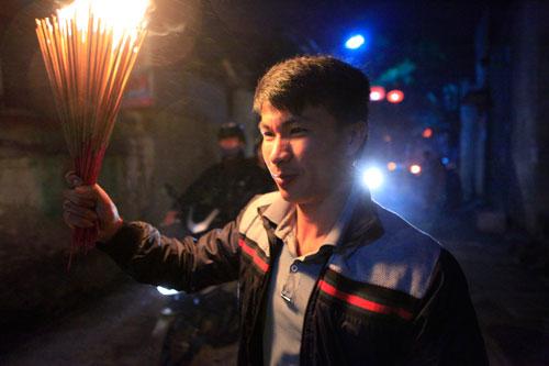 HN: Hàng trăm người lao vào xin lửa mang về nhà - 14