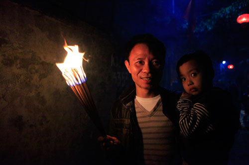 HN: Hàng trăm người lao vào xin lửa mang về nhà - 15