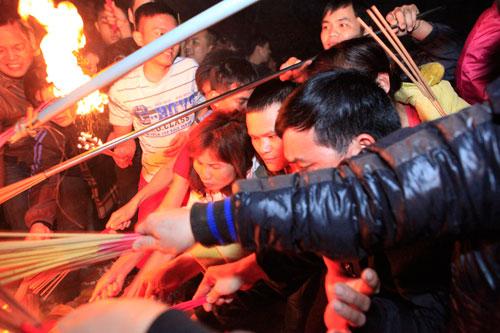 HN: Hàng trăm người lao vào xin lửa mang về nhà - 13