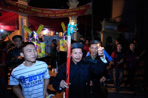 HN: Hàng trăm người lao vào xin lửa mang về nhà - 4