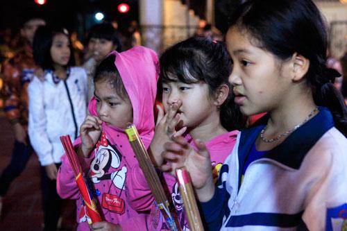 HN: Hàng trăm người lao vào xin lửa mang về nhà - 3
