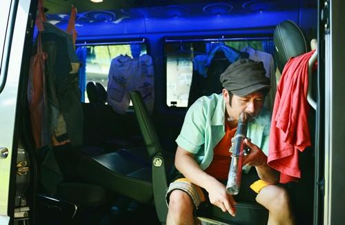 Bằng Kiều đem sở thích hút thuốc lào lên phim đầu tay - 1