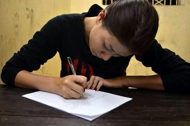 Trang Trần rơi nước mắt nhận lỗi trong đồn công an - 1