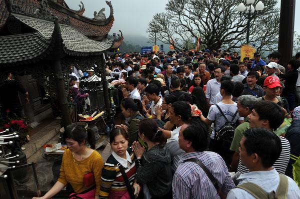 Hàng vạn người đội mưa gió lên đỉnh núi Yên Tử