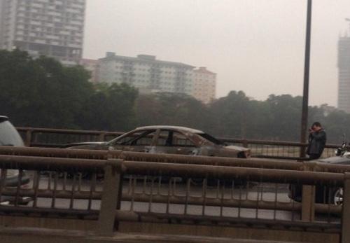 HN: Xe biển xanh cháy phừng phừng ở đường trên cao - 2