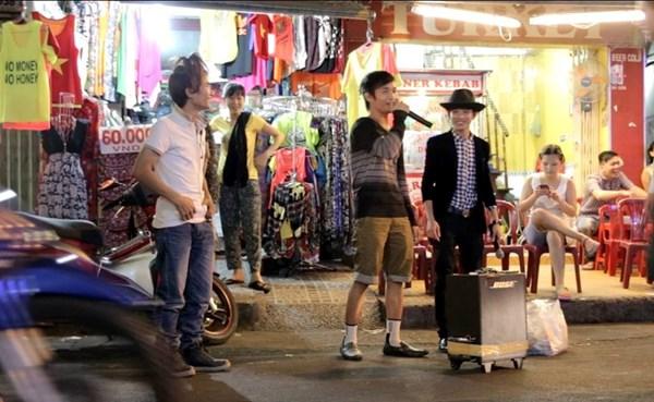 Clip Lệ Rơi, Thánh bàn chải khoe giọng hát trên phố Sài Gòn - 3
