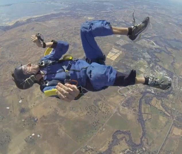 Đứng tim xem vận động viên nhảy dù ngất trên không - 1