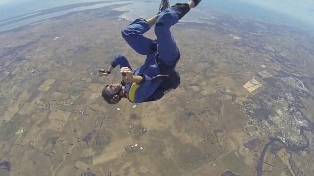 Đứng tim xem vận động viên nhảy dù ngất trên không - 2