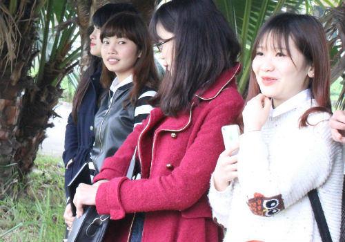 """HLV Miura bị fan nữ xinh đẹp """"bao vây"""" - 4"""