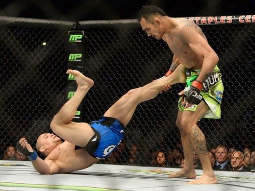 UFC: Dùng tuyệt chiêu siết cổ knock-out đối thủ - 1
