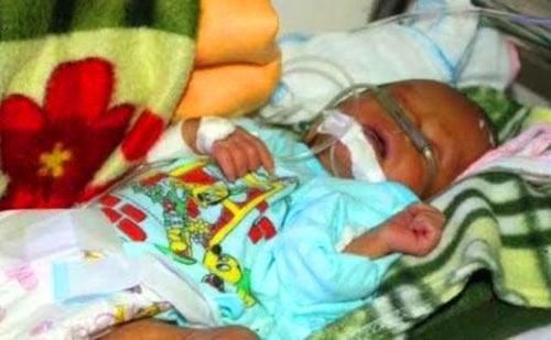 Đưa bé trai bị đẻ rơi xuống bồn cầu ra Hà Nội điều trị - 1