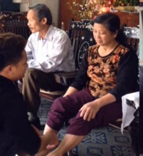 Clip rửa chân cho bố mẹ khiến Anh Quân Idol khó xử - 1