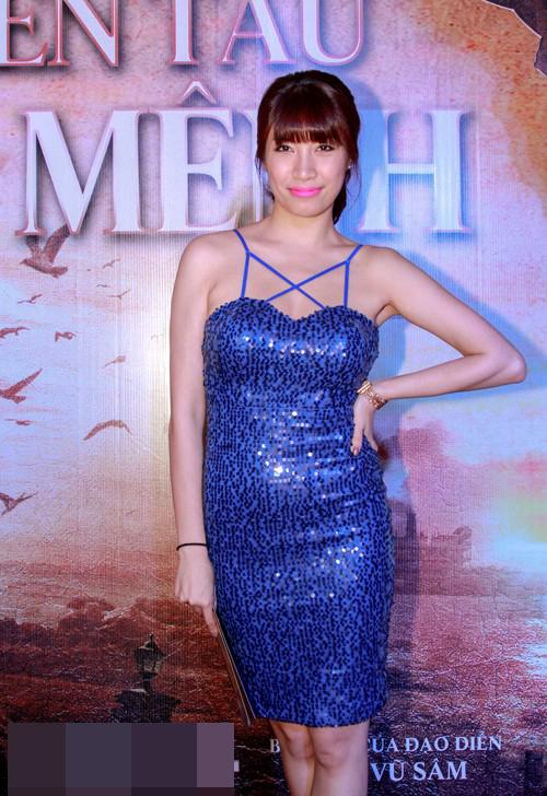 Những chiếc váy bó khiến người đẹp Việt mất điểm - 1