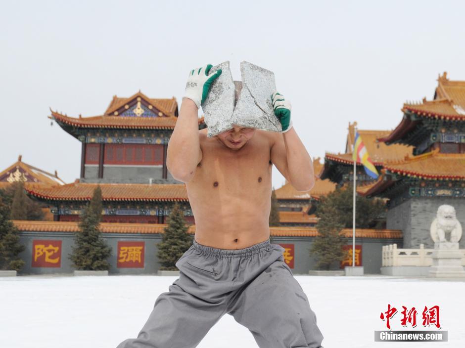 Ảnh đẹp: Võ tăng TQ khoe tuyệt kỹ kung fu Thiếu Lâm - 1