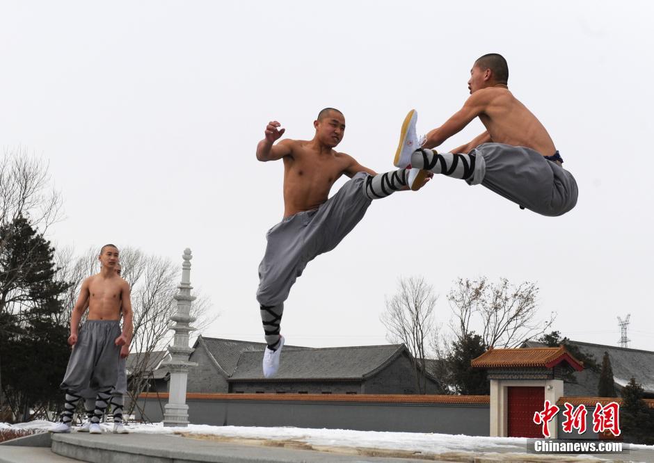 Ảnh đẹp: Võ tăng TQ khoe tuyệt kỹ kung fu Thiếu Lâm - 4