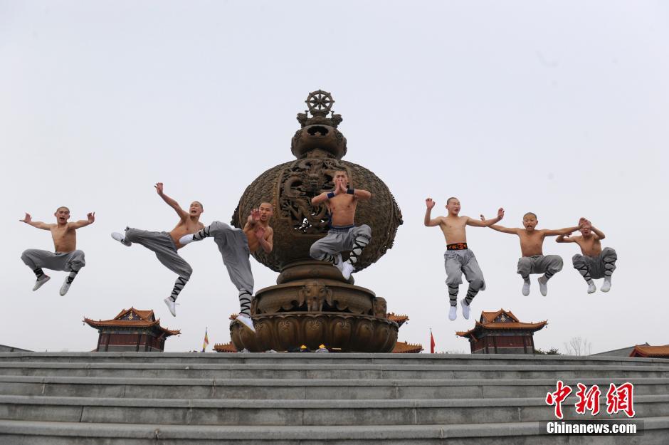 Ảnh đẹp: Võ tăng TQ khoe tuyệt kỹ kung fu Thiếu Lâm - 5