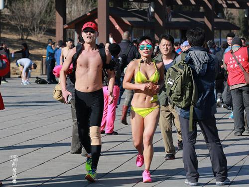 Trung Quốc: Nô nức mặc đồ lót chạy bộ trên phố - 3