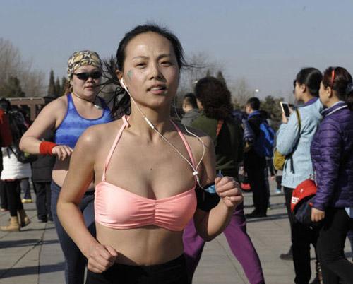 Trung Quốc: Nô nức mặc nội y chạy bộ trên phố - 5