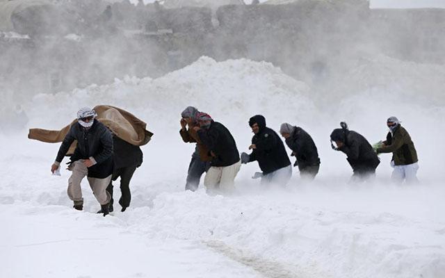 Ảnh: Lở tuyết làm chết hàng trăm người ở Afghanistan - 1