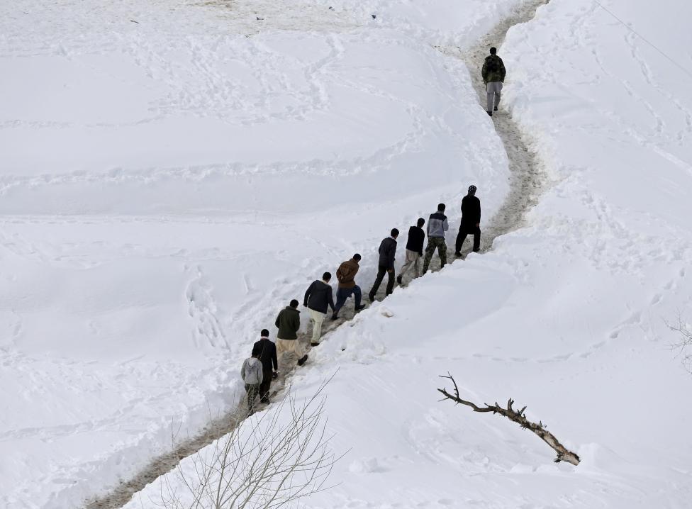 Ảnh: Lở tuyết làm chết hàng trăm người ở Afghanistan - 3