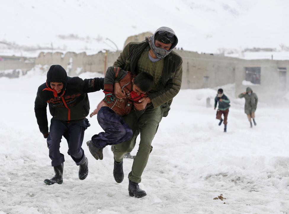 Ảnh: Lở tuyết làm chết hàng trăm người ở Afghanistan - 2