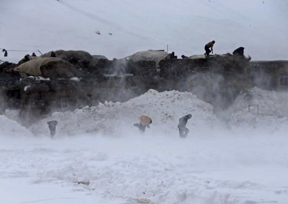Ảnh: Lở tuyết làm chết hàng trăm người ở Afghanistan - 6