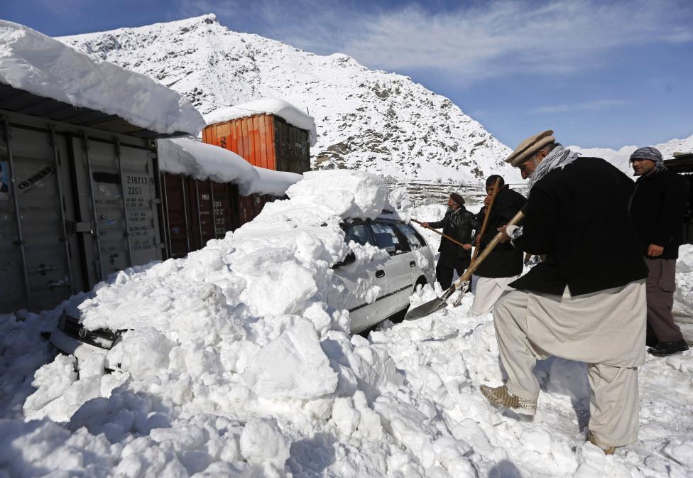 Ảnh: Lở tuyết làm chết hàng trăm người ở Afghanistan - 10