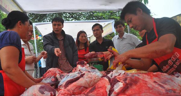 Du khách đổ xô mua thịt trâu chọi cầu may - 1