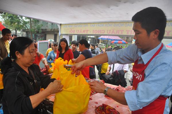 Du khách đổ xô mua thịt trâu chọi cầu may - 6