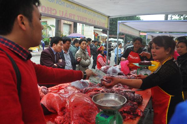 Du khách đổ xô mua thịt trâu chọi cầu may - 2