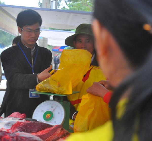Du khách đổ xô mua thịt trâu chọi cầu may - 5